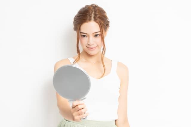 コラーゲンマシンの効果を確認する女性イメージ