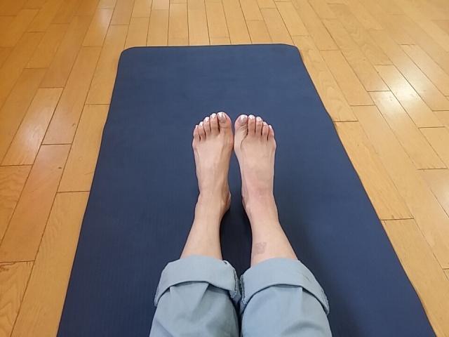 外反母趾の治療をする女性