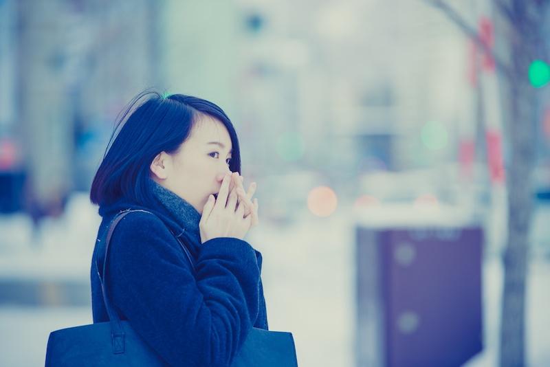 冷え性で指先が冷えている女性