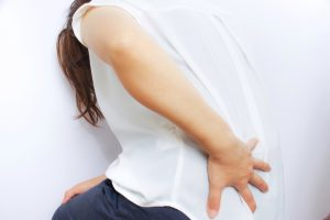 腰痛で悩む女性